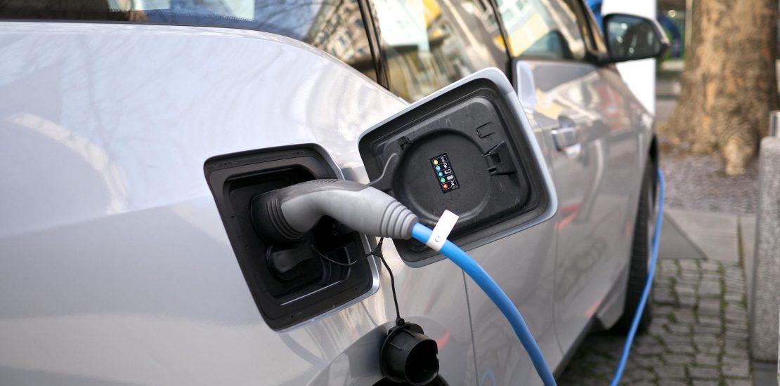Recarga eléctrica en un taxi