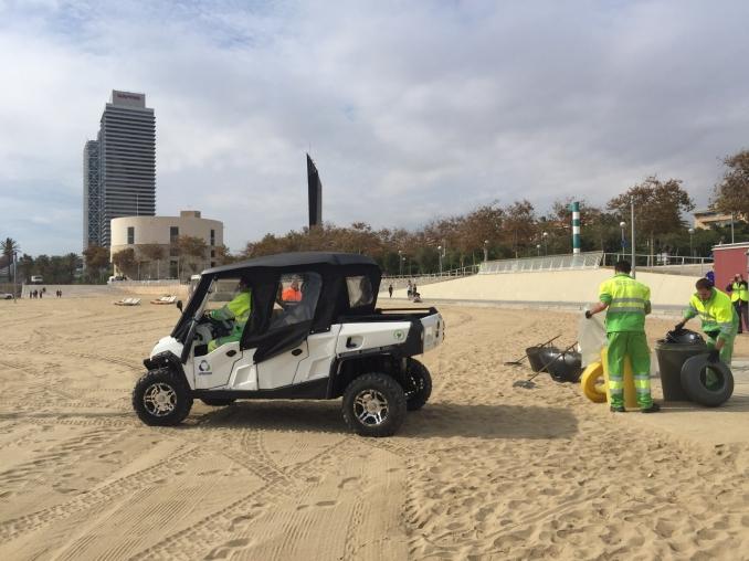 Vehículo eléctrico limpiando playa